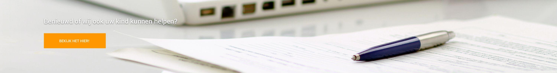 blauwe pen op stapeltje papieren